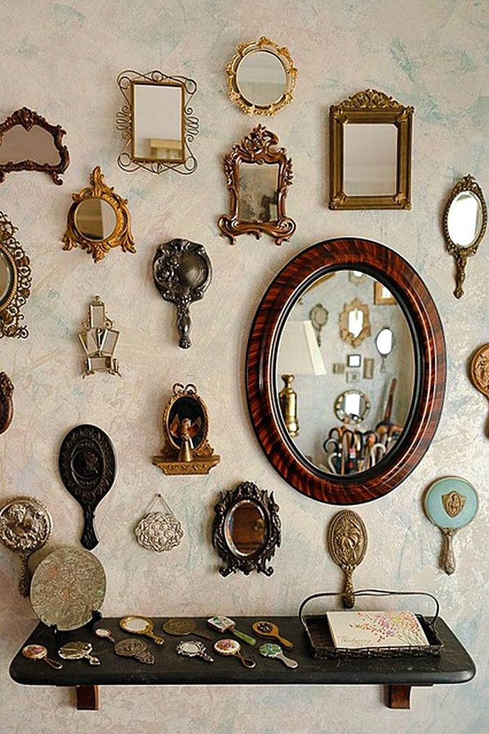 Коллекция зеркал в комнате