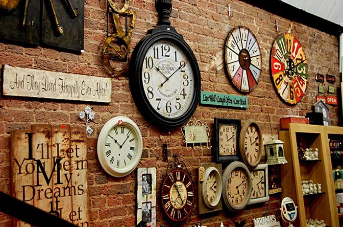 Коллекция часов в комнате