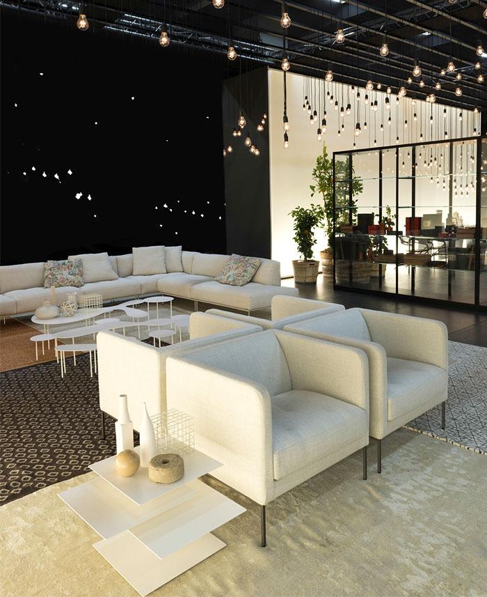 Оригинальная коллекция мебели: мягкие белые кресла