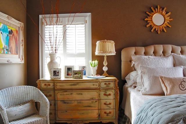Замечательный комод в интерьере спальни