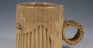 Том Ковальчик: керамические кружки, убедительно имитирующие старый картон
