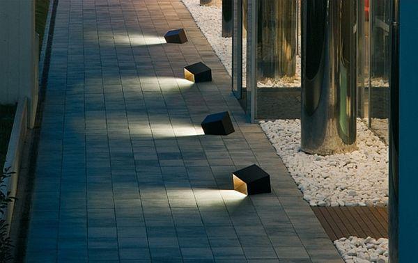 Превосходные осветительные приборы на территории виллы