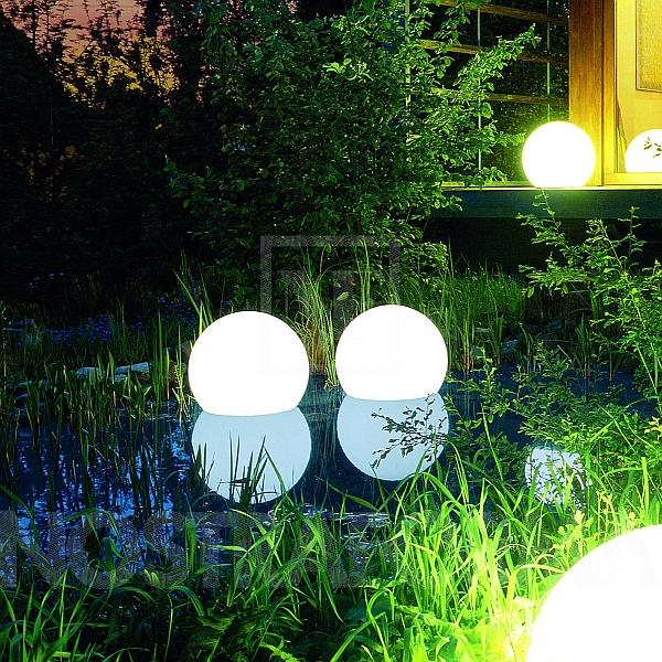 Красивые осветительные приборы на территории виллы