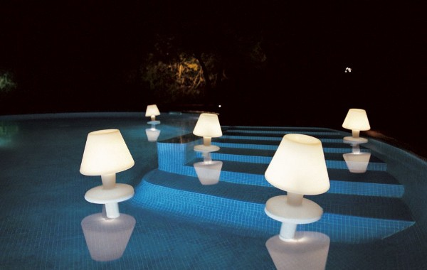 Удивительные осветительные приборы на территории виллы