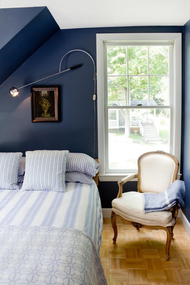 Шикарное кресло у кровати в спальне