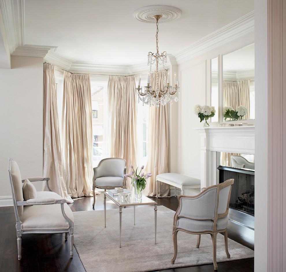 Бархатные стулья в интерьере гостиной