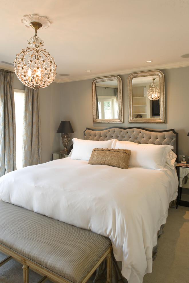 Чудесная подвесная люстра в интерьере спальни от Hyde Evans Design
