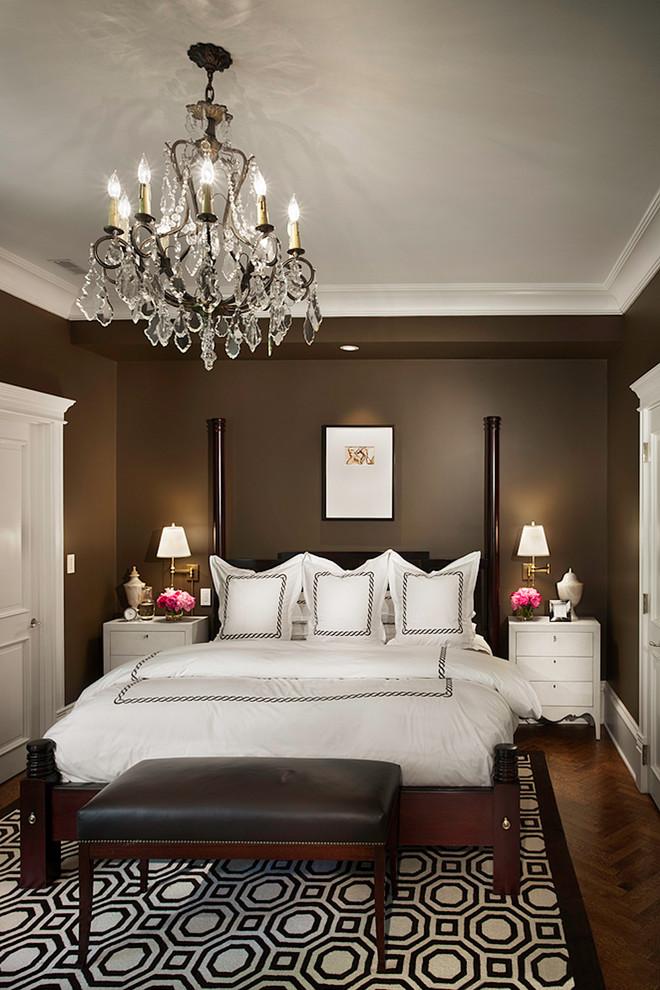 Чудесная подвесная люстра в интерьере спальни от Rugo/ Raff Ltd. Architects