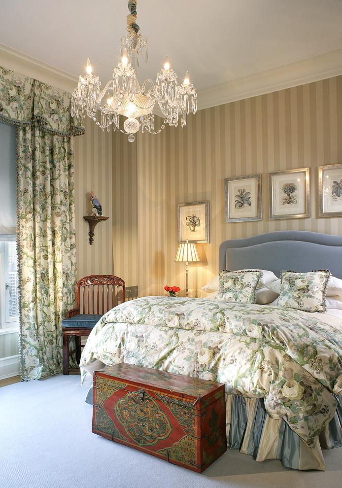 Восхитительная подвесная люстра в интерьере спальни от Treby Spanedda Interiors