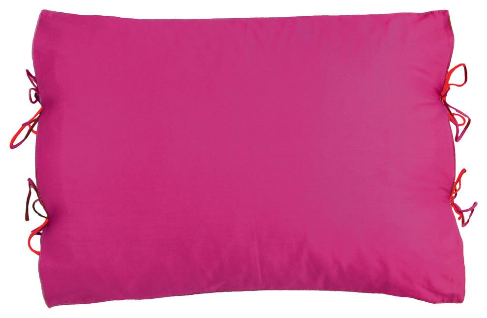 Яркая наволочка для подушки