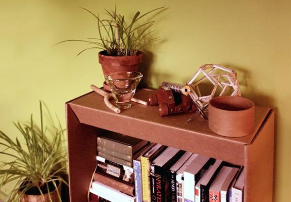 Предметы декора на стеллаже для книг