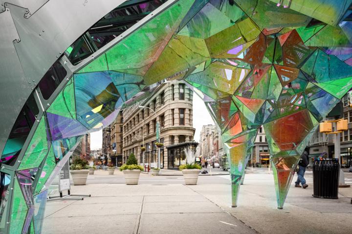 Креативный дизайн инсталляции из стекла