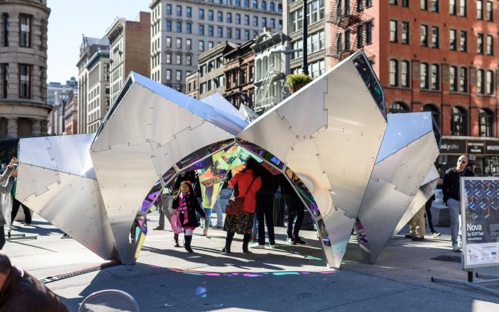 Креативный дизайн инсталляции с металлическим каркасом
