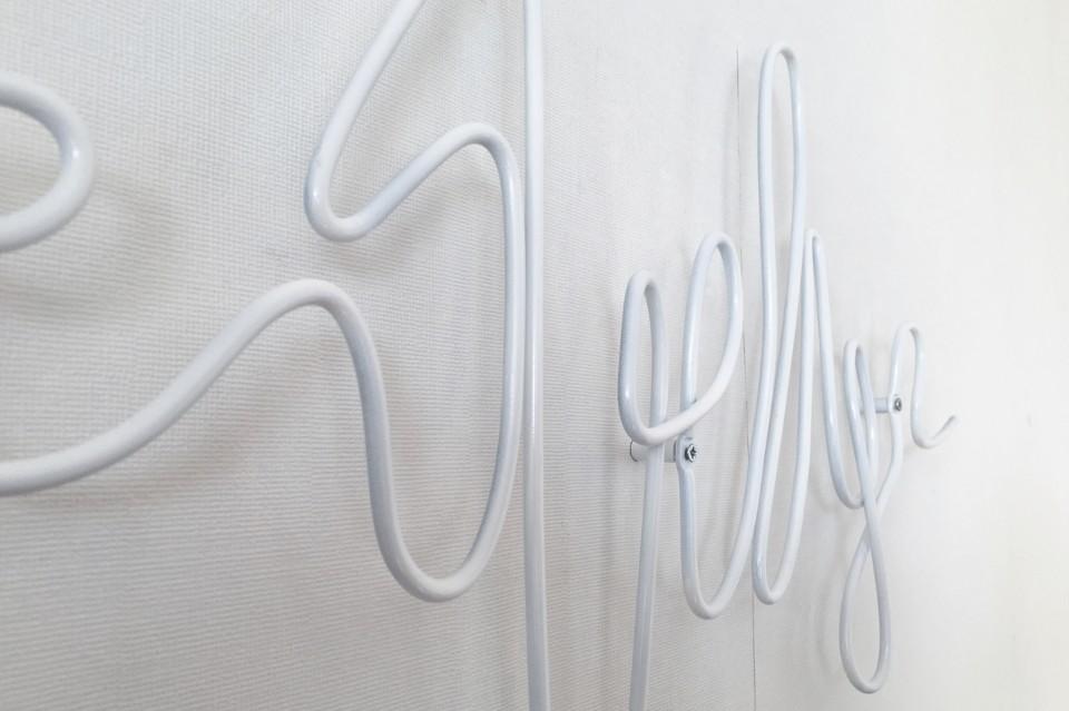 Креативные вешалки для одежды в белом цвете