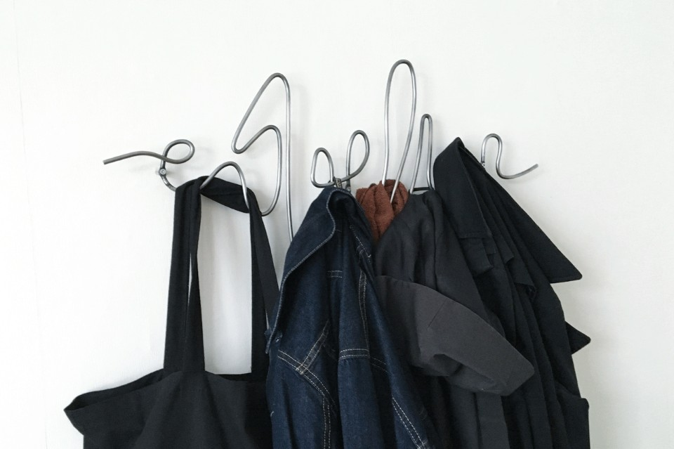 Креативные вешалки из проволоки для верхней одежды