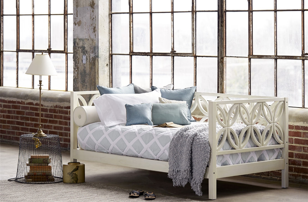 Красивая кровать с местом для хранения под кроватью