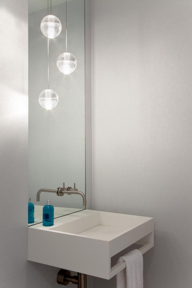 Красивые шарообразные лампочки в интерьере уборной комнаты