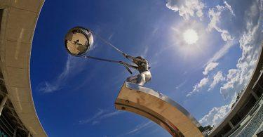 Сила природы: скульптурное жертвоприношение художника Лоренцо Куинна грозным стихиям