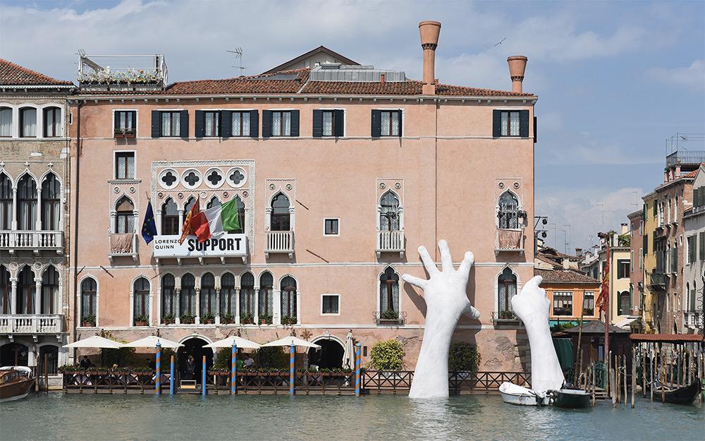 Лоренцо Куинн: инсталляция на биеннале в Венеции