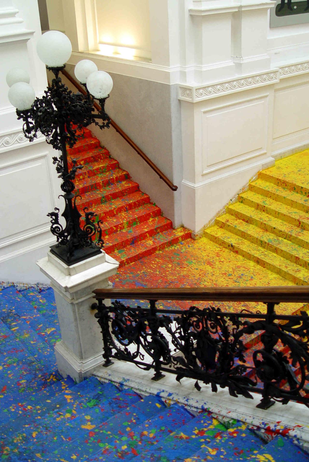Леон Тарасевич: брызги краски в красочной композиции с философским смыслом