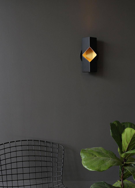 Лаконичный дизайн светильников: черный настенный бра