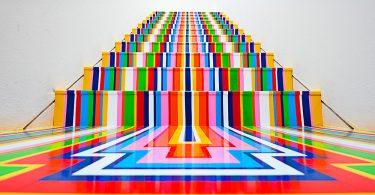 Джим Лэмби: радужные напольные инсталляции Zobop из виниловых лент