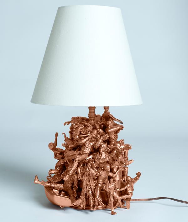 Лампа из фигурок, окрашенных в медный цвет