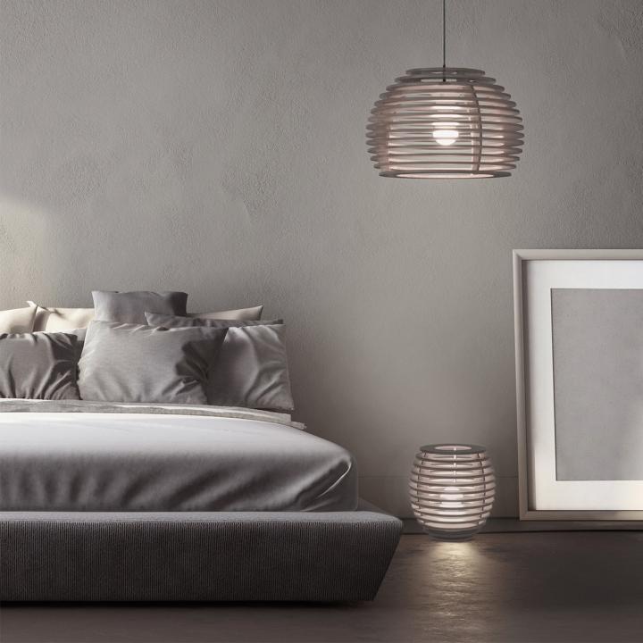 Подвесная и напольная лампа из дерева в виде пчелиных ульев в интерьере спальни