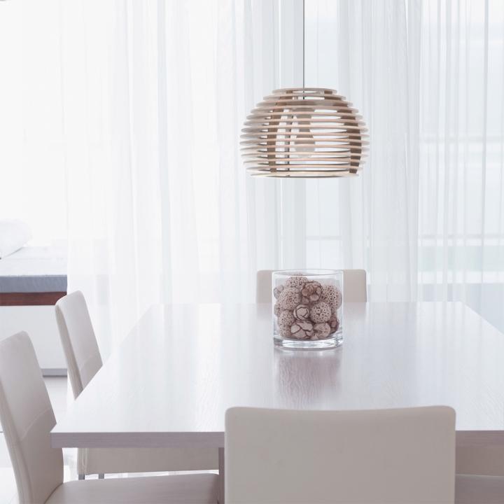 Подвесная лампа из дерева в виде пчелиных ульев в интерьере ресторана - фото 1