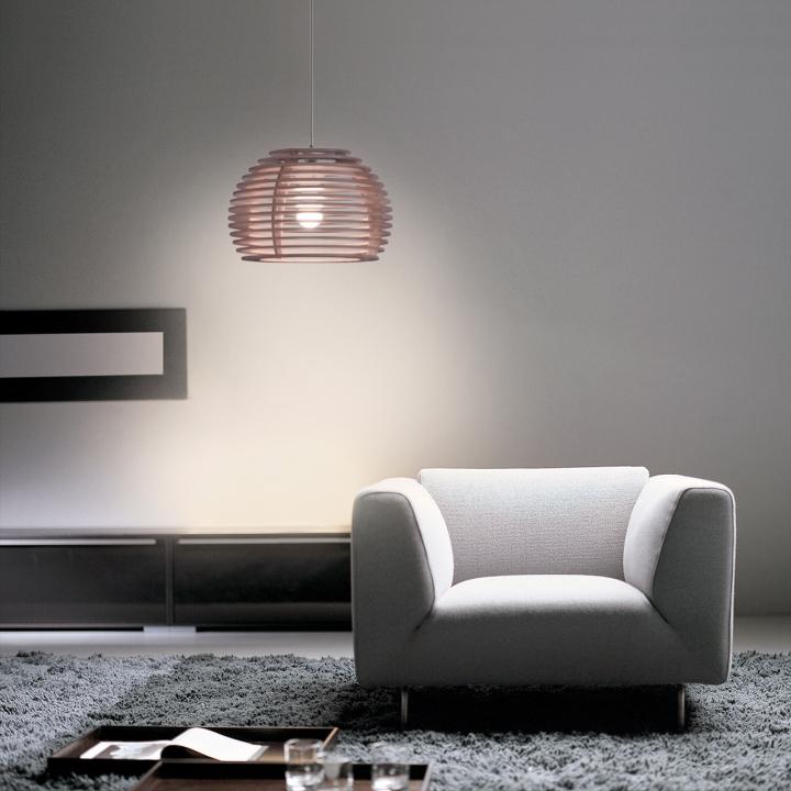 Подвесная лампа из дерева в виде пчелиных ульев в интерьере комнаты