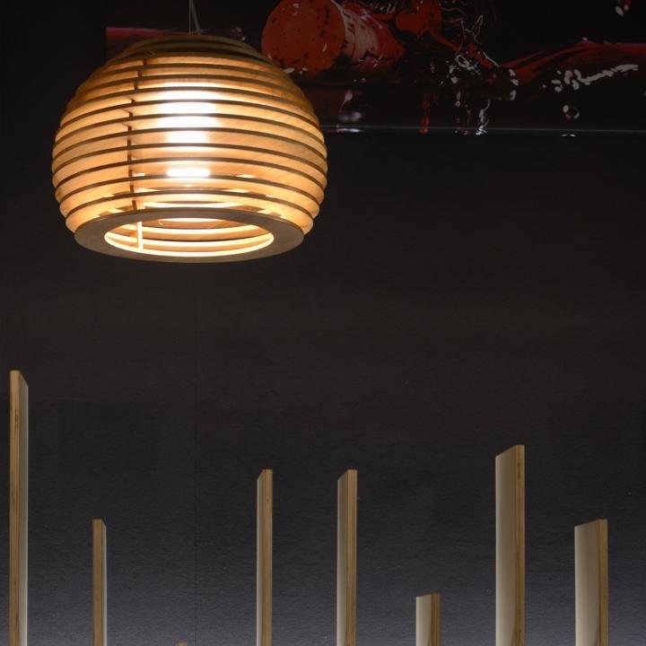 Подвесная лампа из дерева в виде пчелиных ульев в интерьере ресторана - фото 2