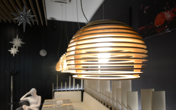 Подвесная лампа из дерева в виде пчелиных ульев в интерьере ресторана - фото 3