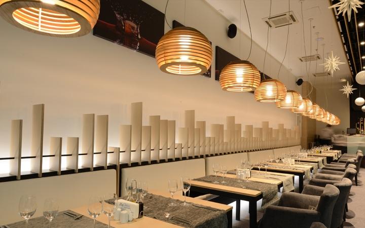 Подвесная лампа из дерева в виде пчелиных ульев в интерьере ресторана - фото 5