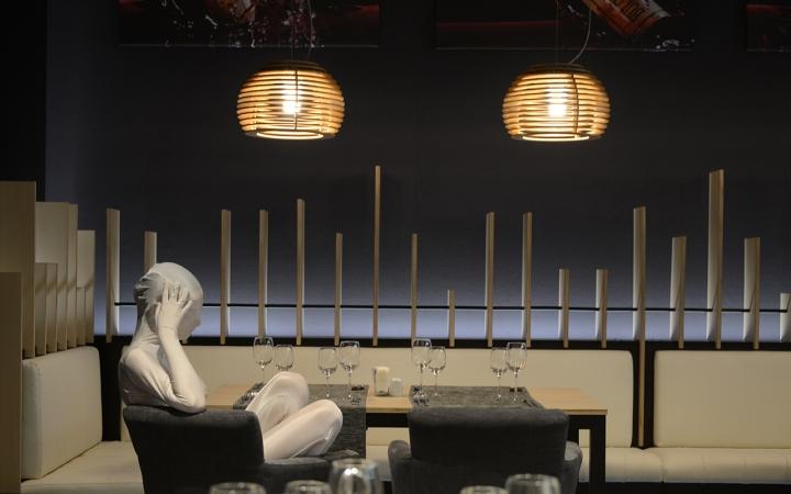 Подвесная лампа из дерева в виде пчелиных ульев в интерьере ресторана - фото 7