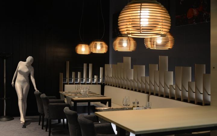Подвесная лампа из дерева в виде пчелиных ульев в интерьере ресторана - фото 8