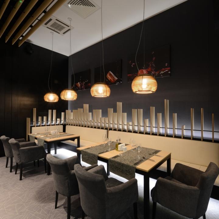 Подвесная лампа из дерева в виде пчелиных ульев в интерьере ресторана - фото 9