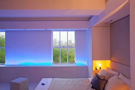Голубая светодиодная подсветка подоконника в интерьере спальни