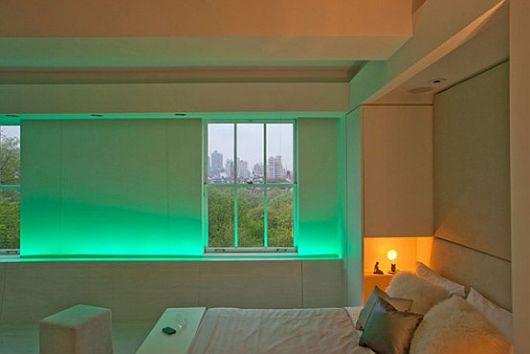 Зелёная светодиодная подсветка подоконника в интерьере спальни