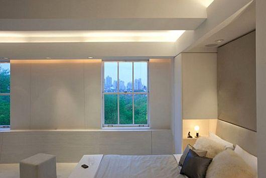Белая светодиодная подсветка подоконника в интерьере спальни