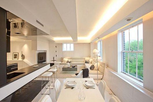 Чудесная светодиодная лента на потолке в интерьере гостиной