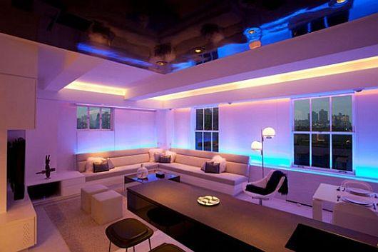 Необычная светодиодная лента на потолке в интерьере гостиной