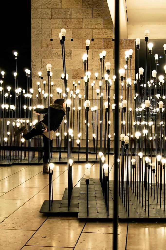 Уникальная световая композиция в центре столицы Португалии