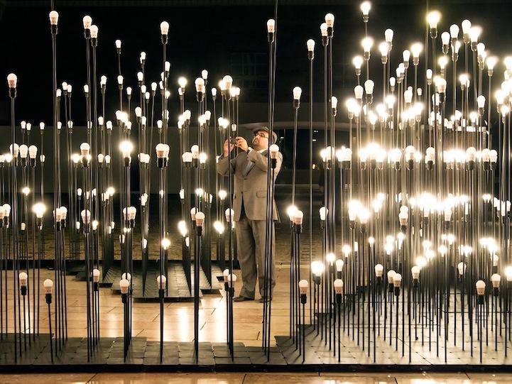 Восхитительная световая композиция в центре столицы Португалии