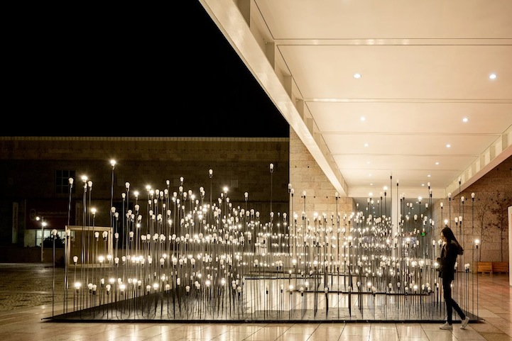 Чудесная световая композиция в центре столицы Португалии