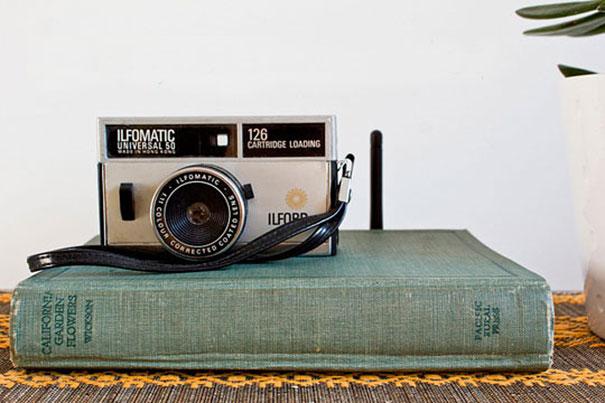 Старинный фотоапарат на обложке старой книги