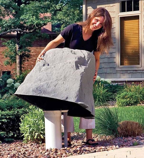 Пластиковый муляж в виде камня