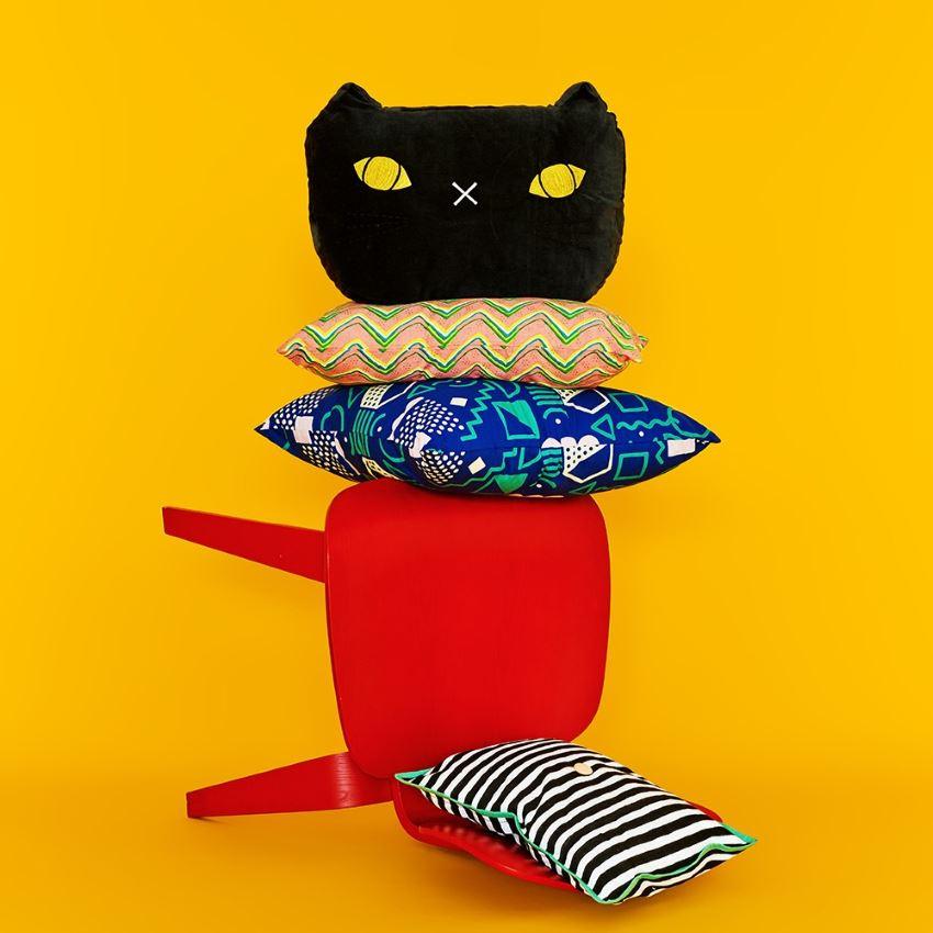 Черная кошка из стула и подушек