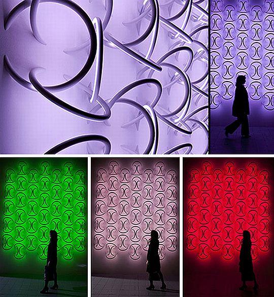 Разноцветная подсветка колец, вмонтированных в стену