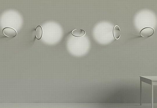 Причудливые узоры с помощью колец вмонтированных в стену