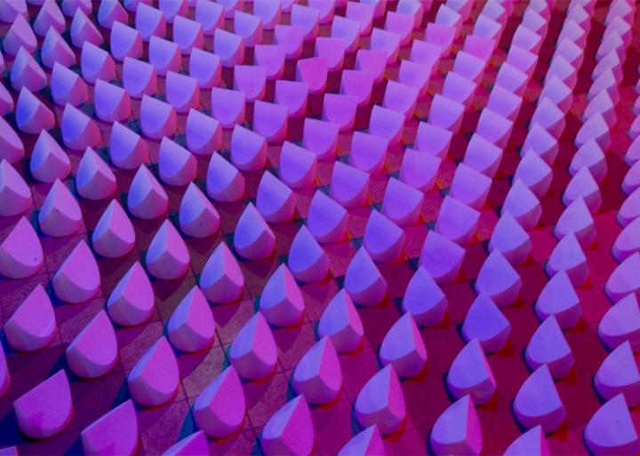 Ярко фиолетово-розовое освещение